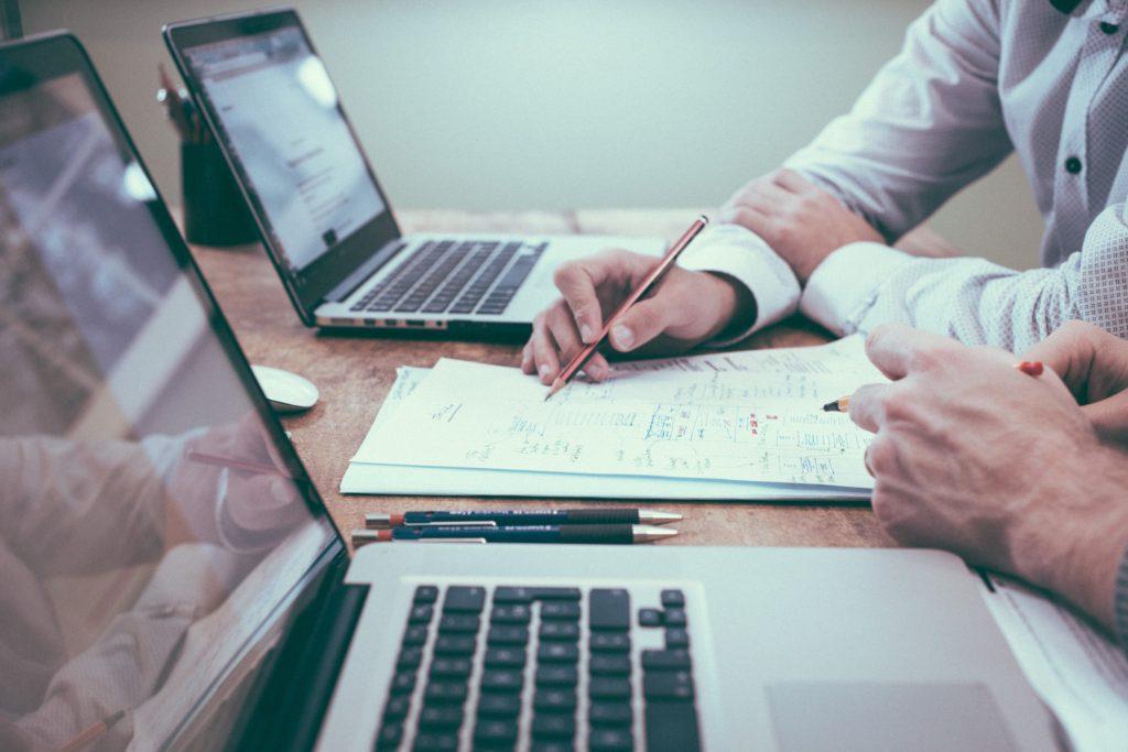 Améliorer les coûts avec une calculette et des résultats sur un bureau