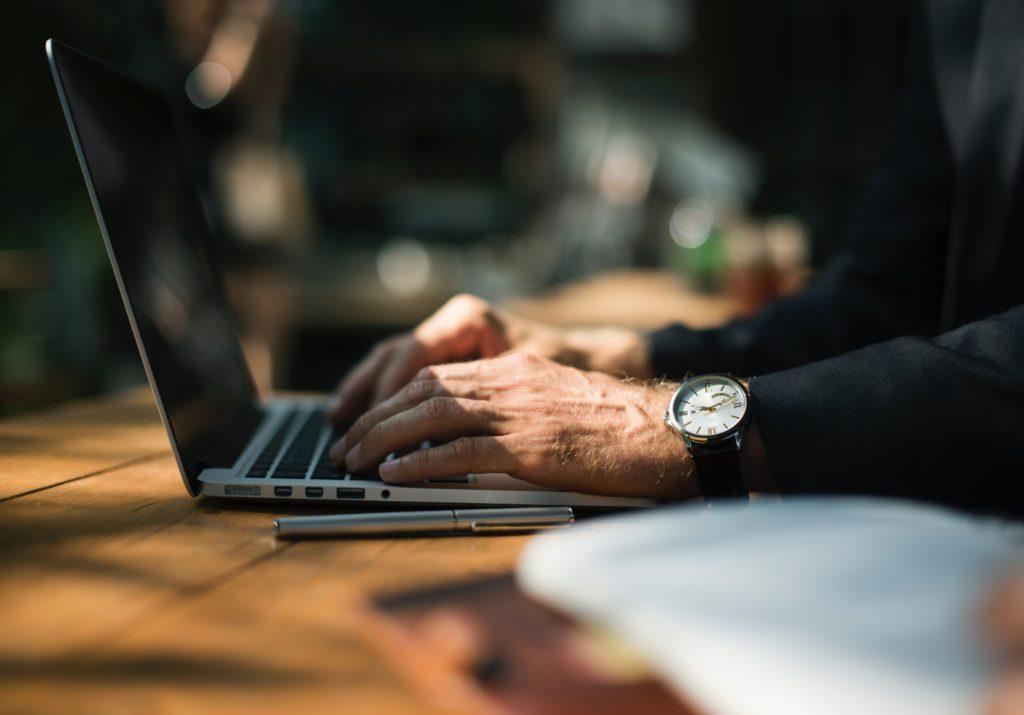 choisir améliore conseil, ordinateur, homme montre bureau